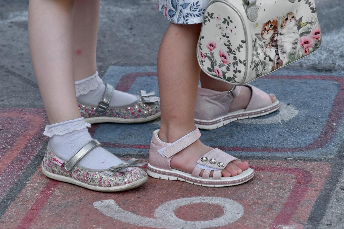 Cum sa alegi sandalele potrivite pentru picioarele tale